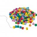 Cubes de lettres, colorés, à enfiler